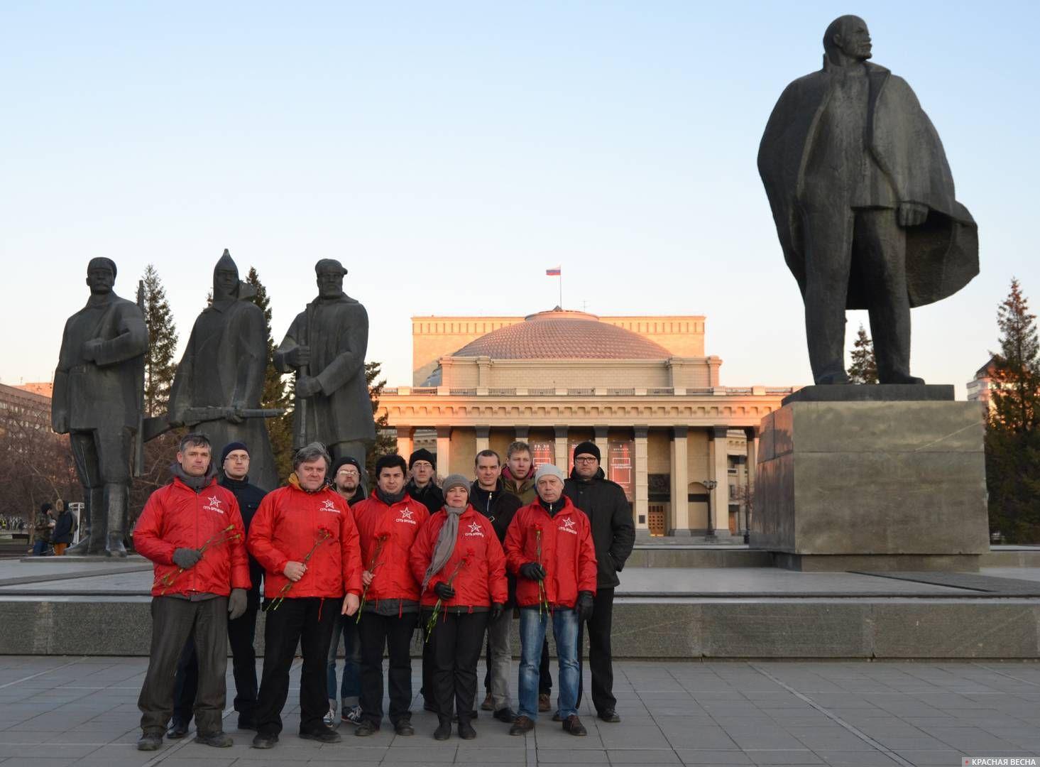 Возложение цветов к памятнику В. И. Ленину. Новосибирск