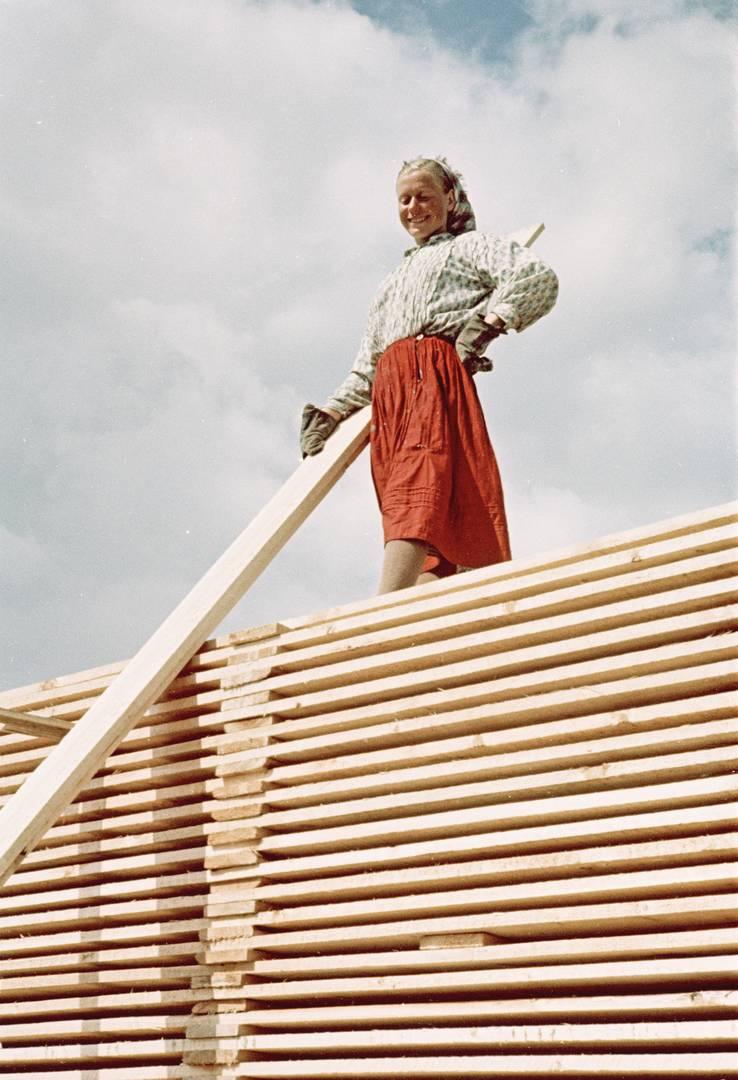 Семен Фридлянд. Девушка в красной юбке на досках. Вероятно 1950-е