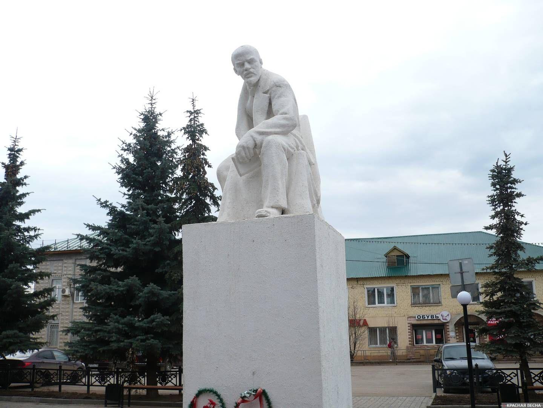 Памятник Ленина на Красной площади. Давлеканово. Республика Башкортостан.