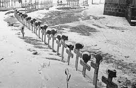 Так выглядело одно из немецких кладбищ под Сталинградом в 1942 году (фото — Эммануил Евзерихин)