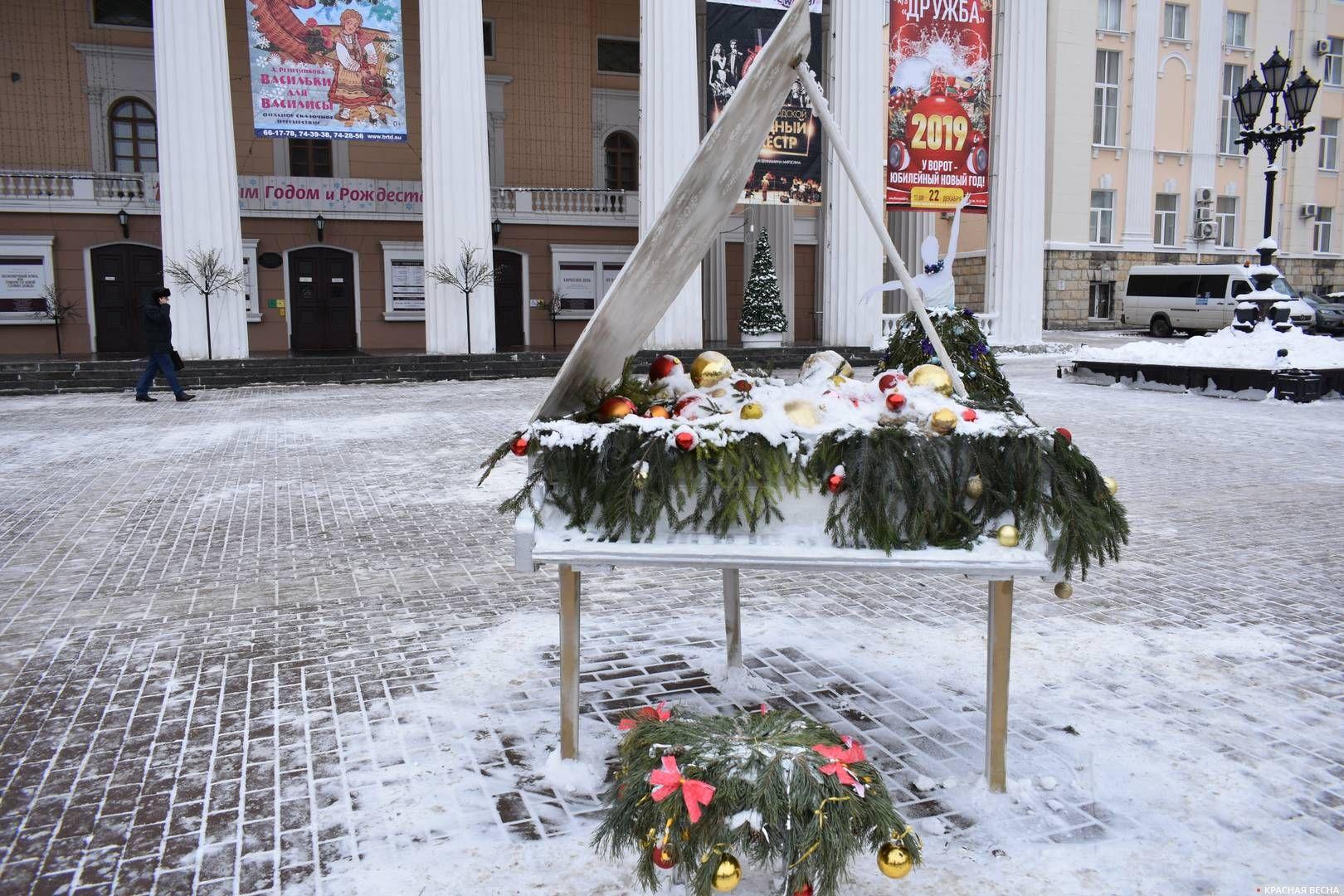 Бутафорский рояль на площади перед Брянским театром драмы им. А. К. Толстого в Брянске