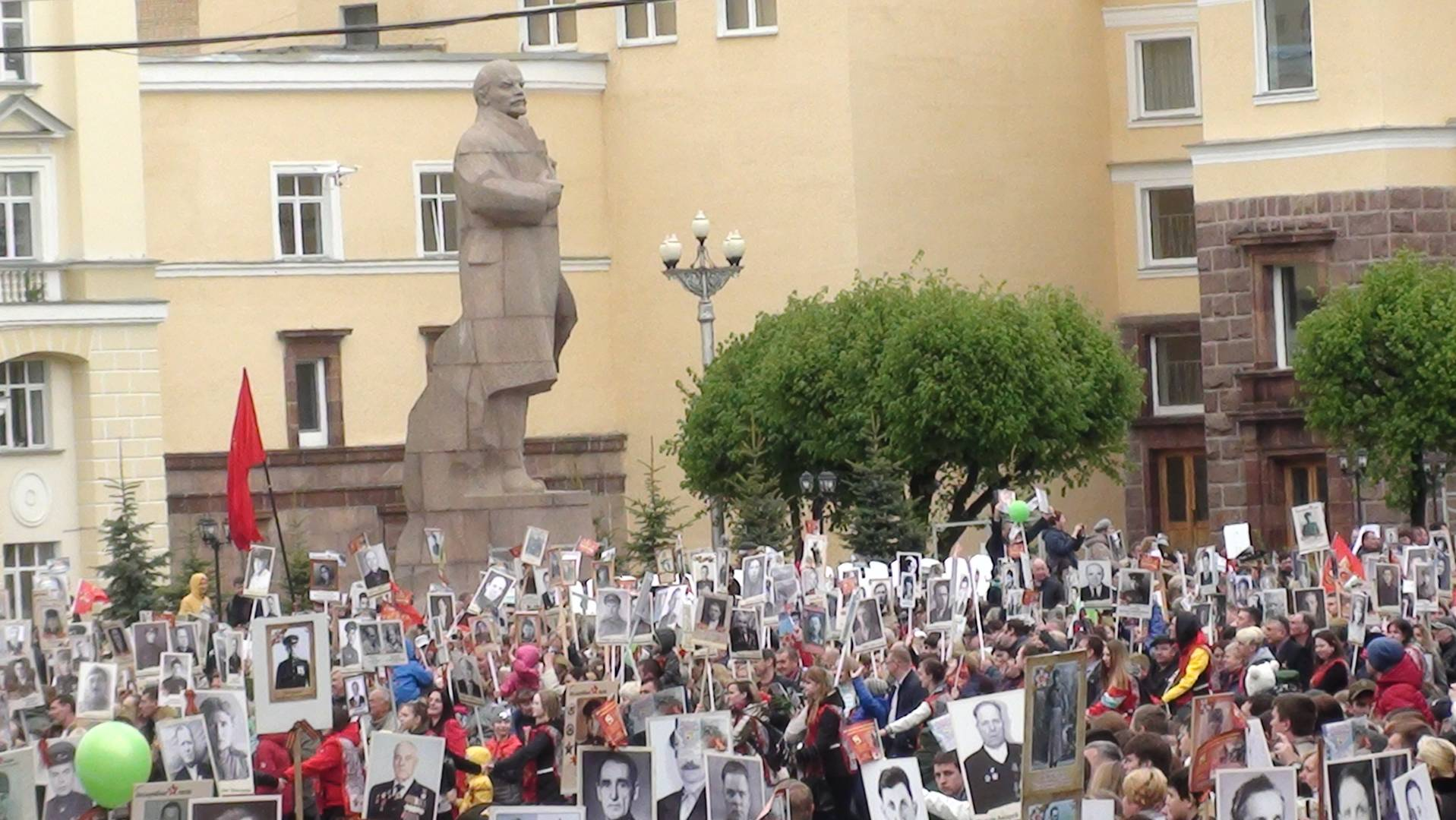 Памятник Ленину и «Бессмертный полк» в Смоленске.