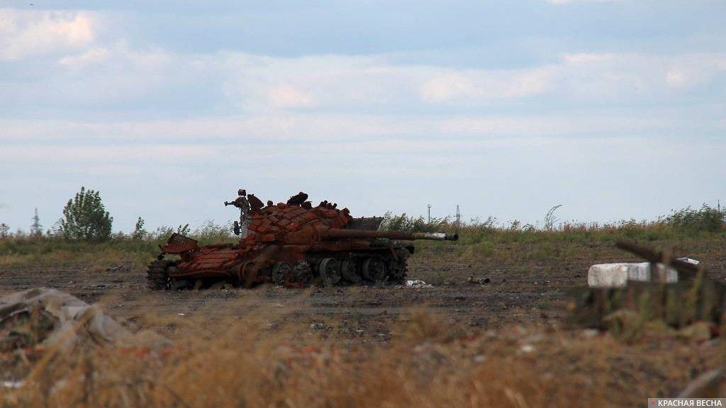Подбитый танк в районе Донецкого аэропорта