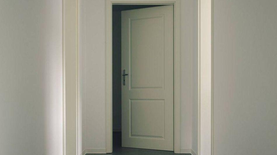 Дверь нужно закрыть