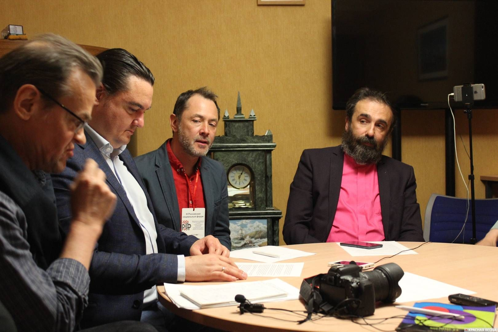 Участники круглого стола «Религия и гражданское общество» III Российского социального форума