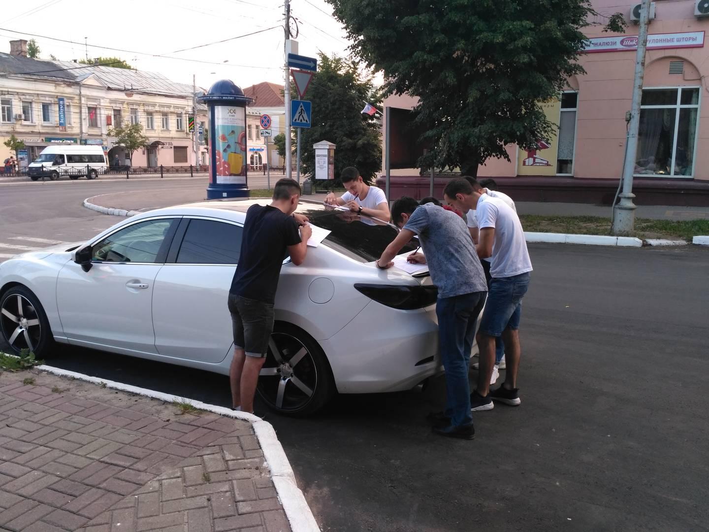 Молодые люди участвуют в соцопросе АКСИО в Калуге