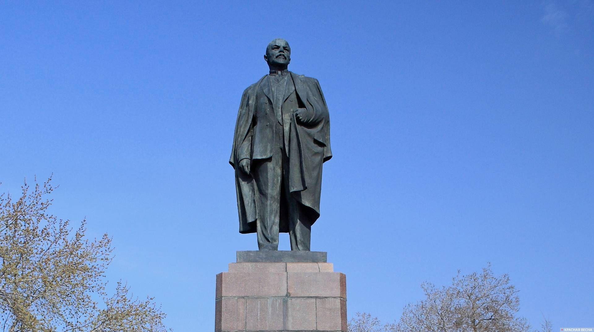 Памятник В.И. Ленину на площади Ленина. Омск