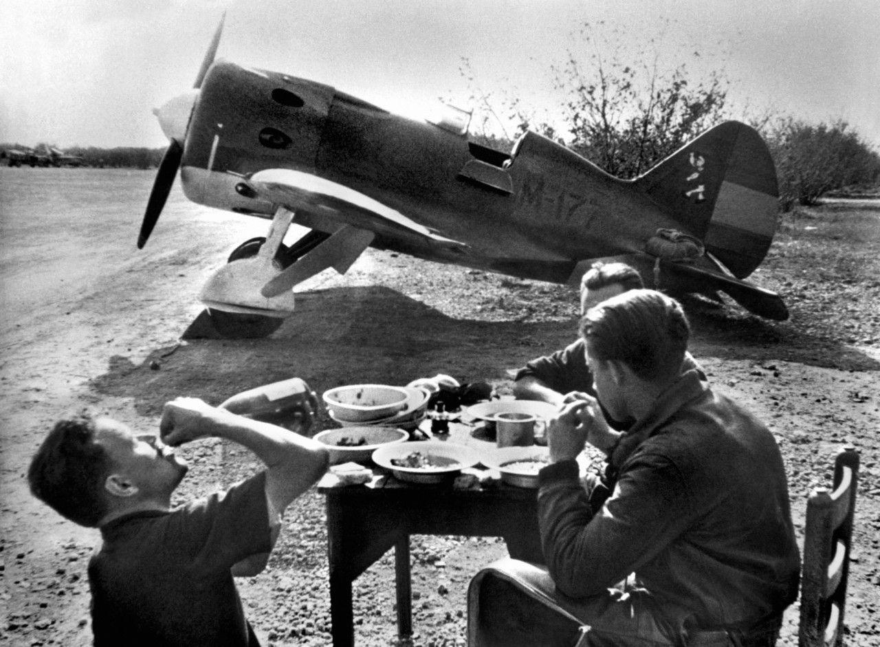 Истребитель И-16 ВВС республиканской Испании на стоянке. 1936