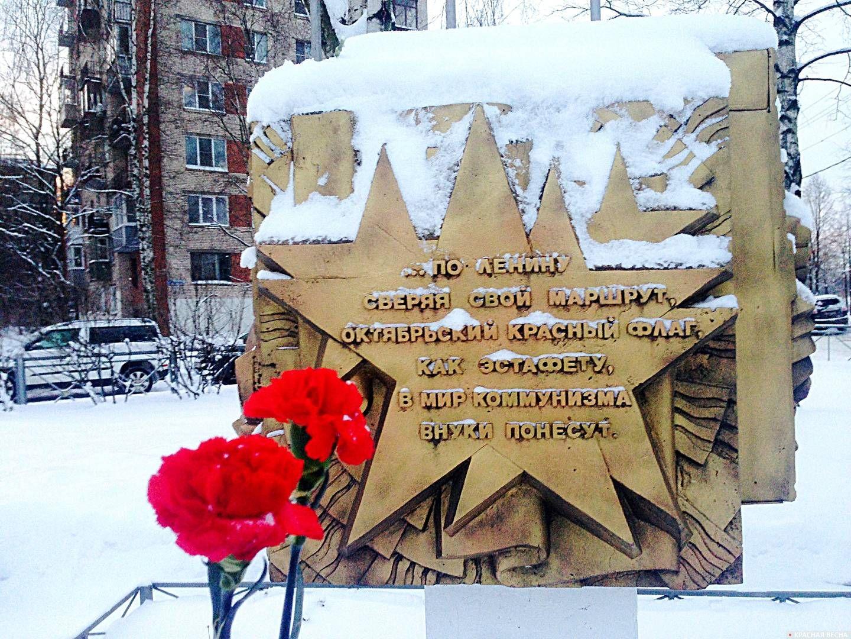Свежие цветы у памятного знака в сквере Памяти поколений, поселок Металлострой