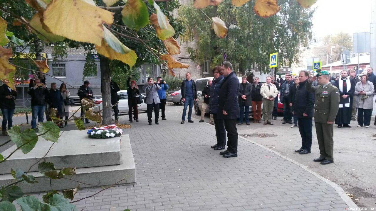 Возложение цветов на месте, где мог бы быть памятник белочехам в Самаре