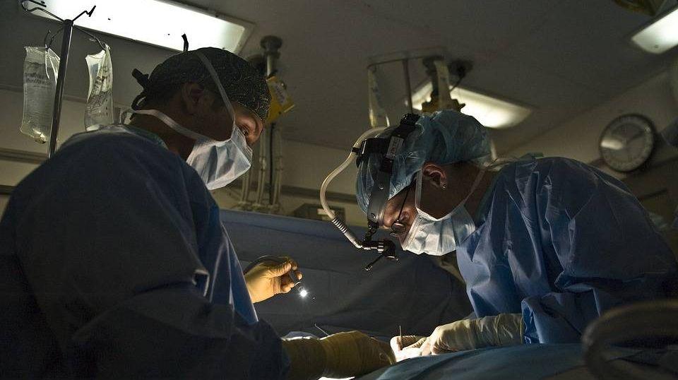 Тяжелый труд хирургов