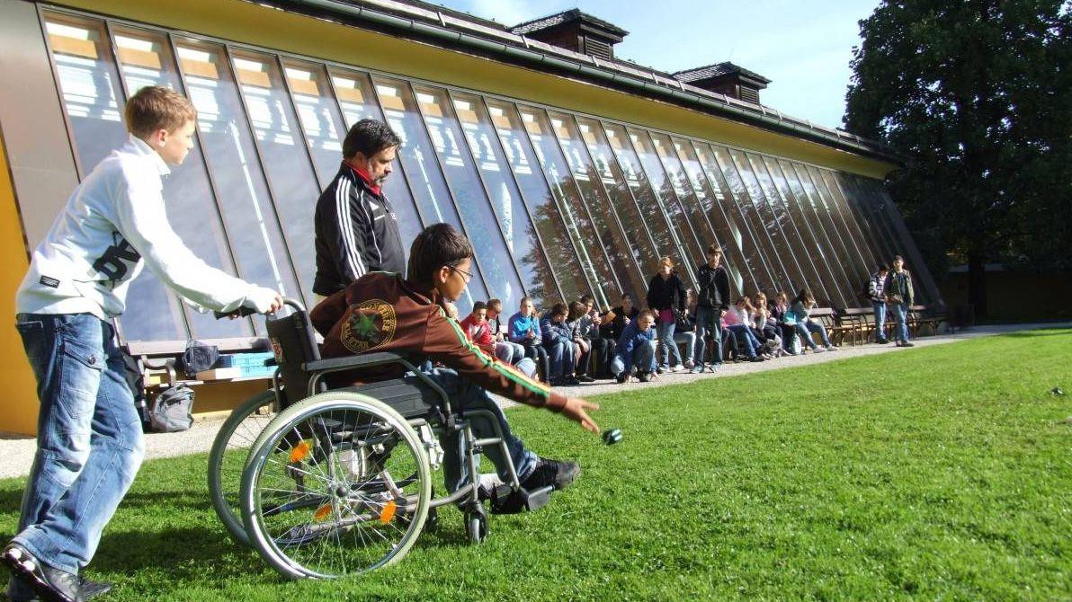 Инвалидная коляска с ребенком