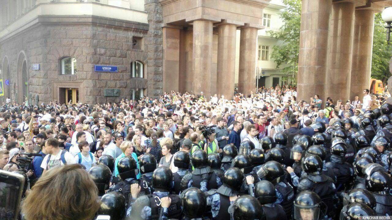 Толпа в Брюсовом переулке