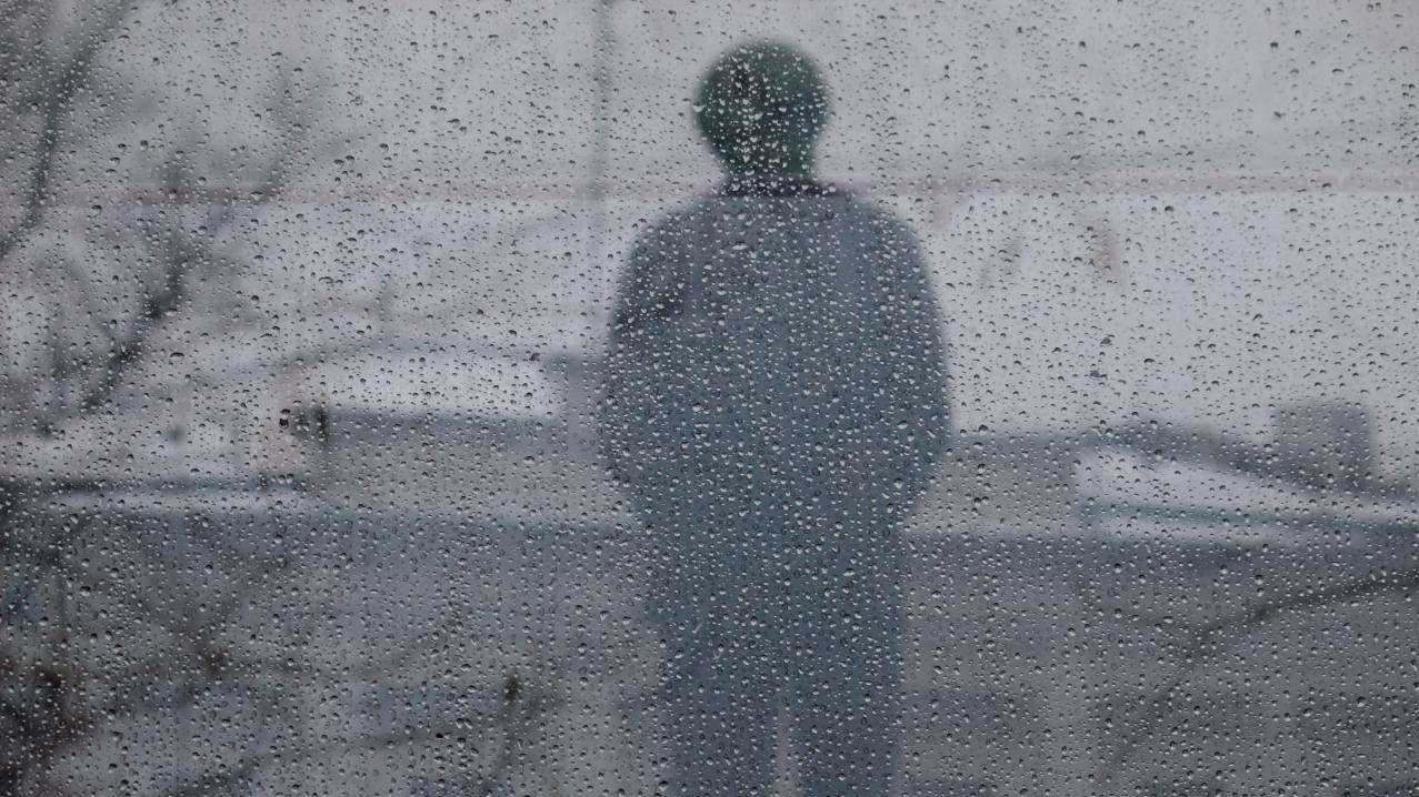 Вид на памятник Солженицину через пуленепробиваемое стекло.