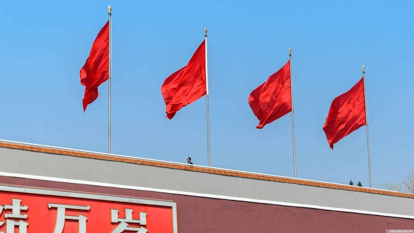 Красные флаги на Вратах Небесного Спокойствия (Тяньаньмэнь), Пекин, Китай. 25.03.2013