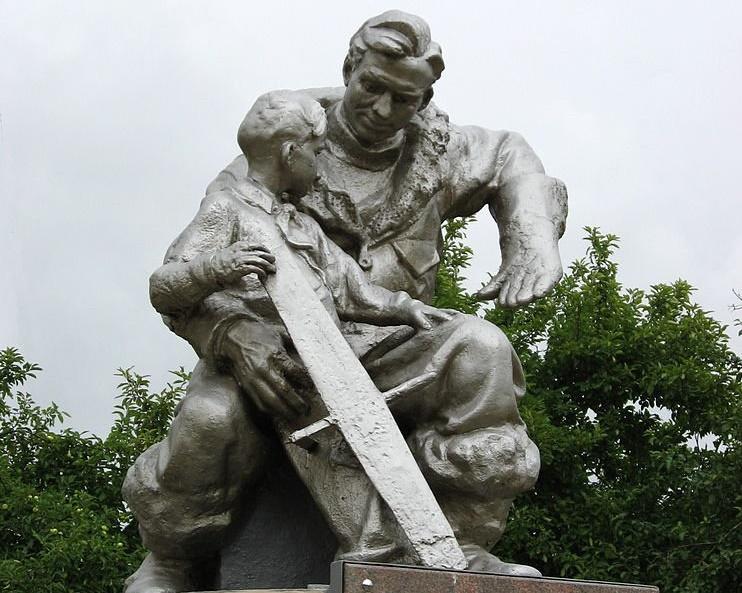 Скульптура посвящённая Герою Советского Союза Иванову И.И., свершившему первый таран ВОВ, 22-го июня в 4ч 25мин. г. Фрязино МО [ИА Красная Весна]