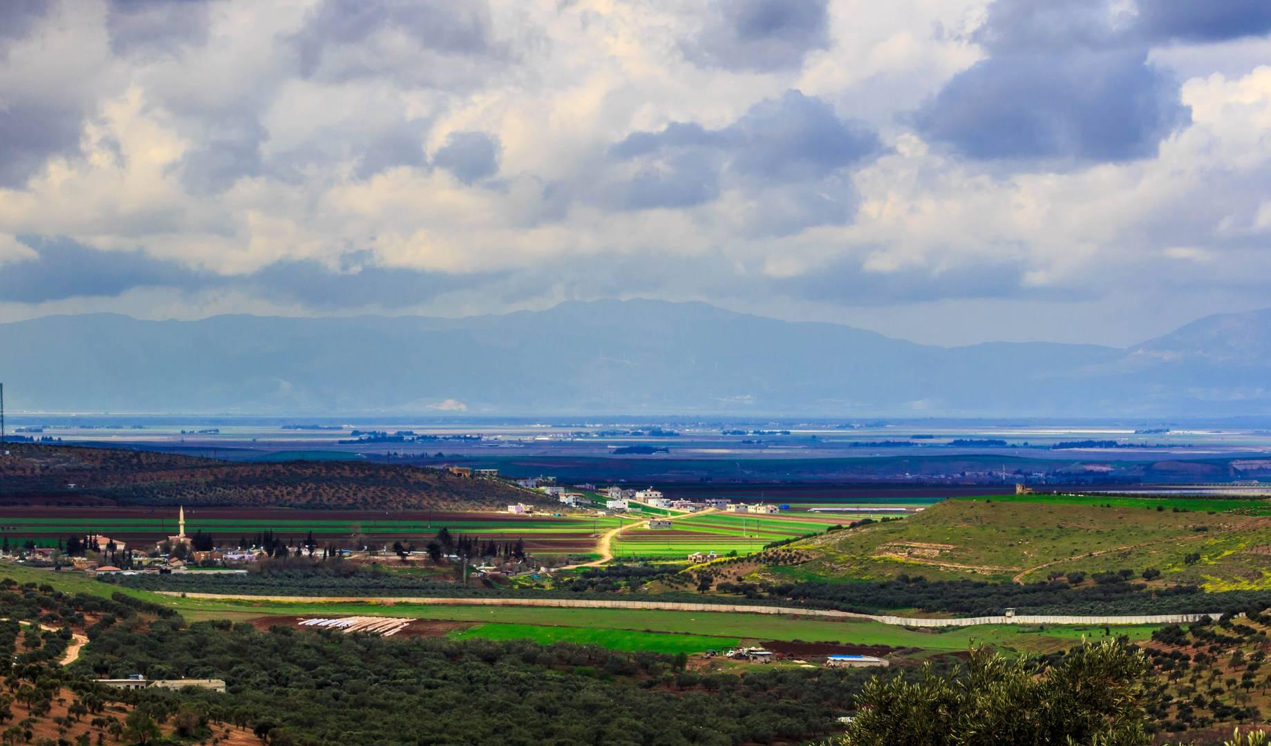 Сирийско-турецкая граница, вид из провинции Идлиб (Фото — Samer Daboul)