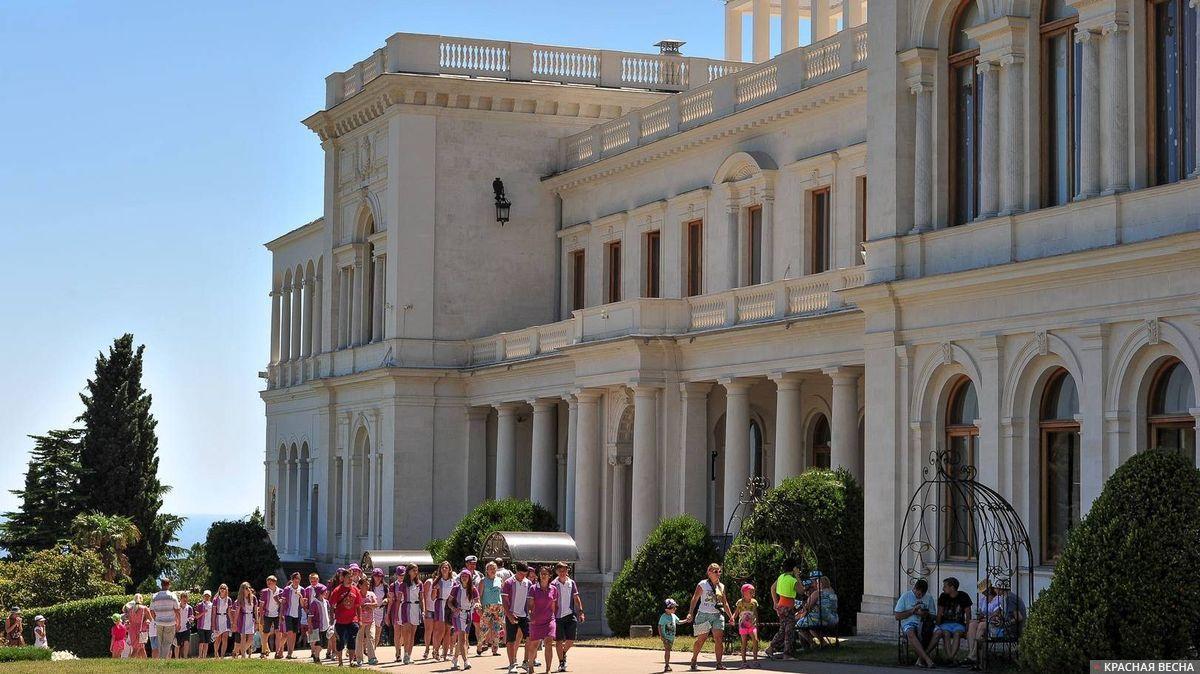 Туристы в Ливадийском дворце. Крым