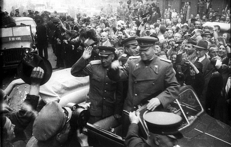 Маршала Конева приветствуют жители Праги