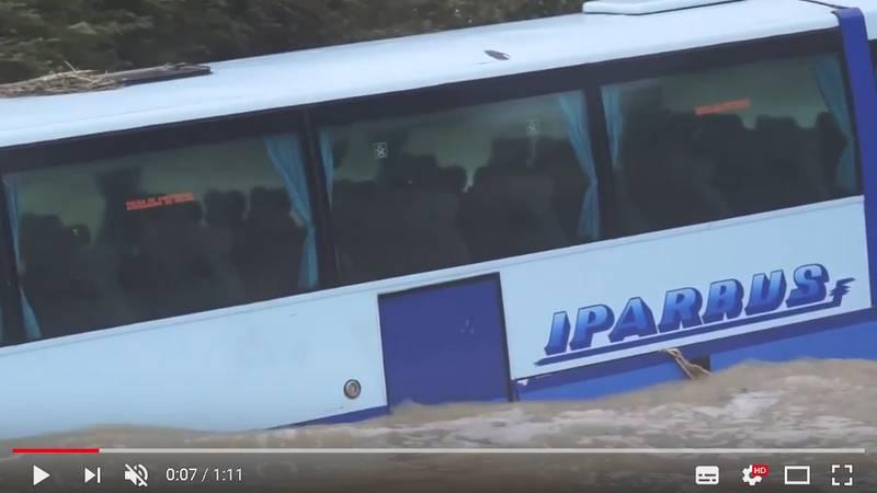Автобус смыло в море