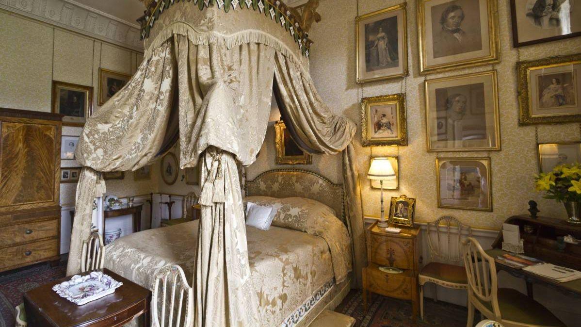 Антикварная кровать
