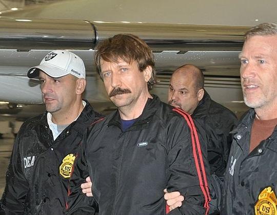 Виктор Бут во время экстрадиции из Таиланда в США [(cc)Drug Enforcement Administration]
