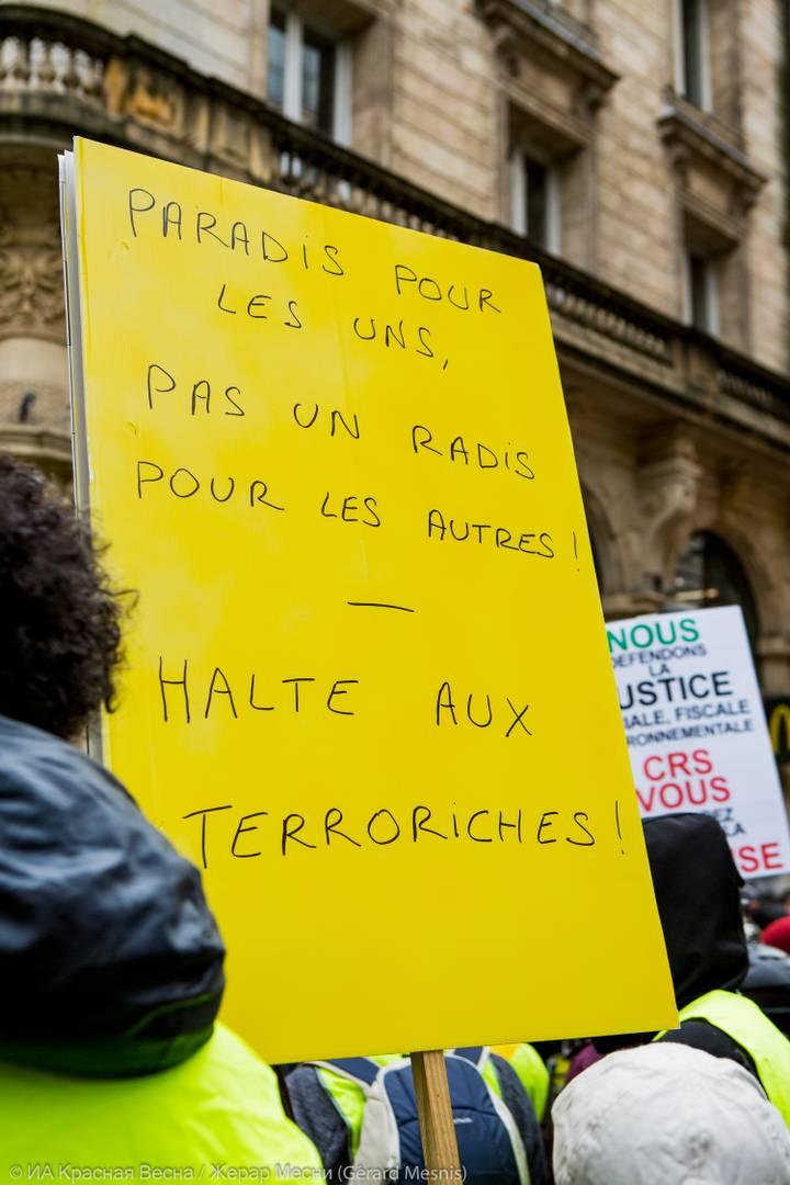 Слово «Terroriches» образовано, как объединение двух слов «террорист» и «богатый» (riche). «Рай для одних, а другим нет и редиски» (на французском языке рифма, игра слов – прим.). «Осторожно, остерегайтесь Terroriches»