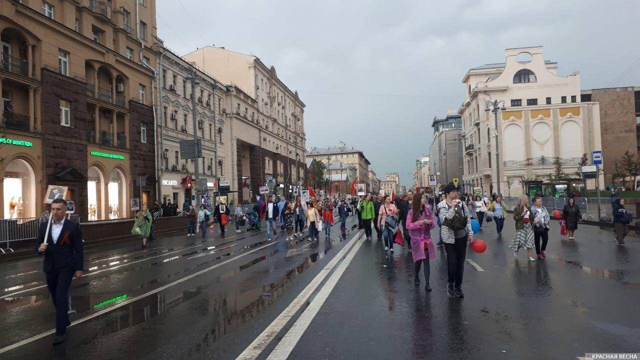 Москва. Шествие «Бессмертного полка» продолжается после дождя