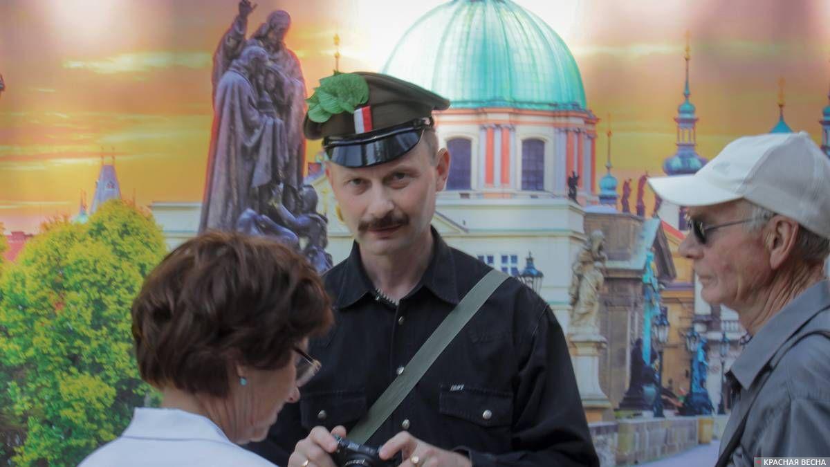 Посетитель в фуражке с символом чехословацкого корпуса