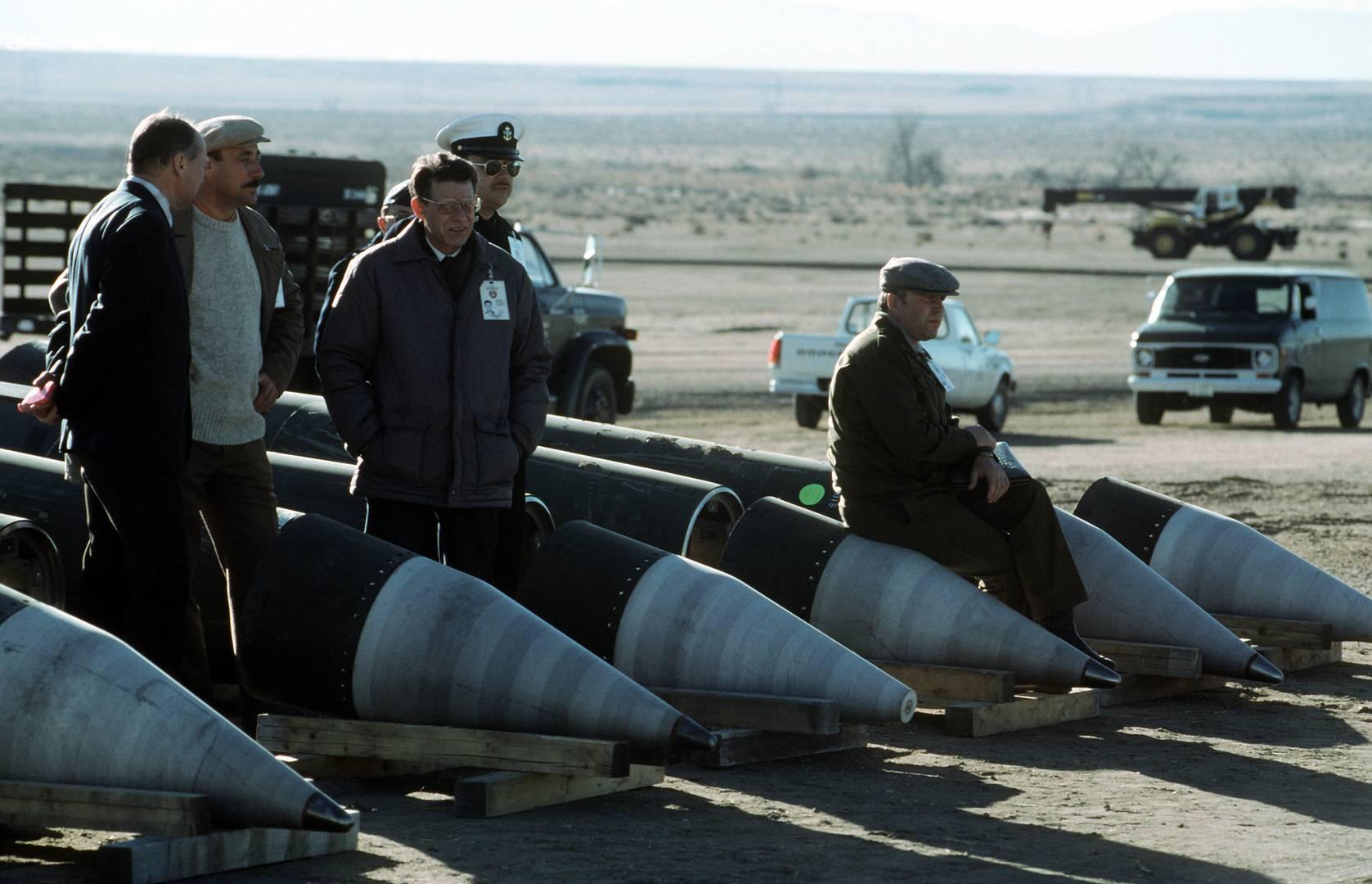 Советские инспекторы и американские сопровождающие среди разобранных ракет «Першинг-2» наблюдают за уничтожением их компонентов. 14 января 1989