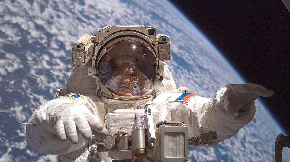 космонавт, открытый космос