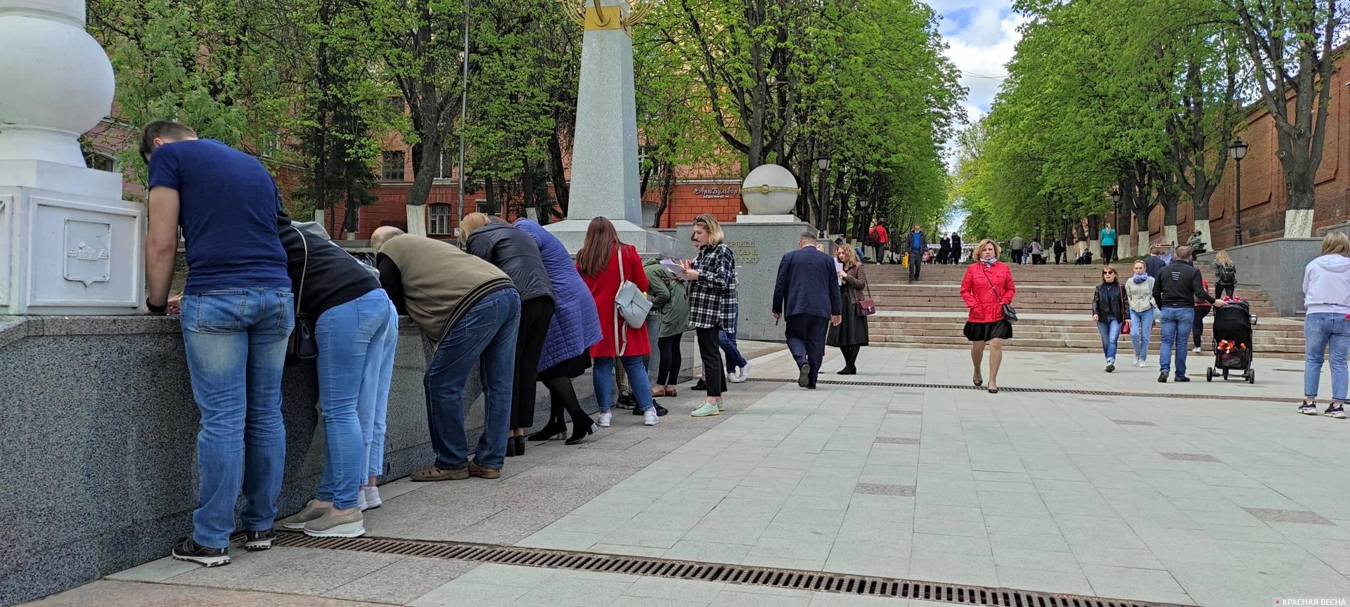 Участники опроса заполняют анкеты АКСИО. Брянск