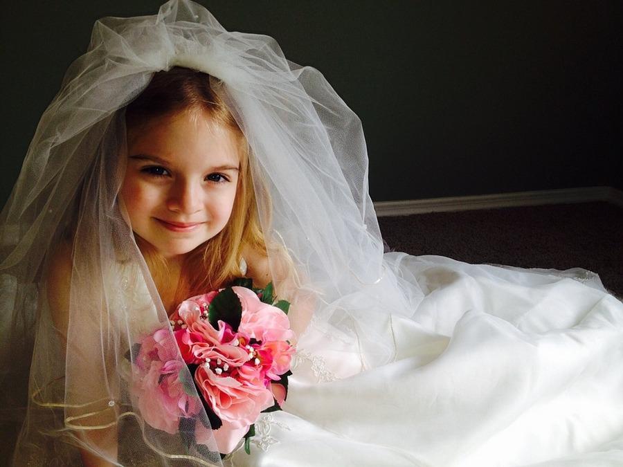Девочка в свадебном платье [(cc)]