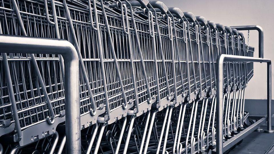 Тележки для продуктов в супермаркете