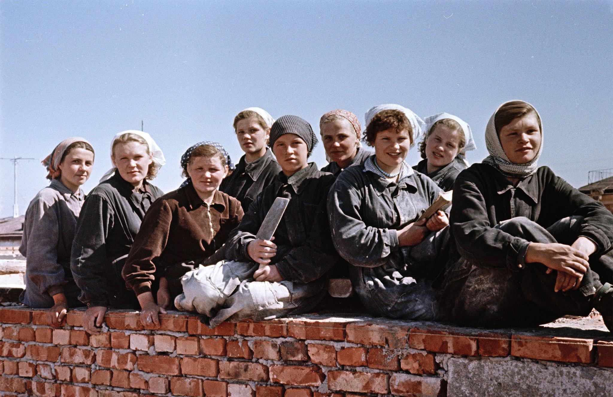 Семён Фридман. Архангельск, молодые строители — будущие инженеры на практике. 1950-е