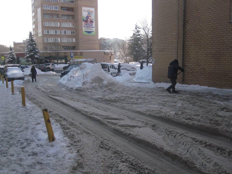 Завалы снега во дворе по улице Комарова. Мытищи. 12 февраля.