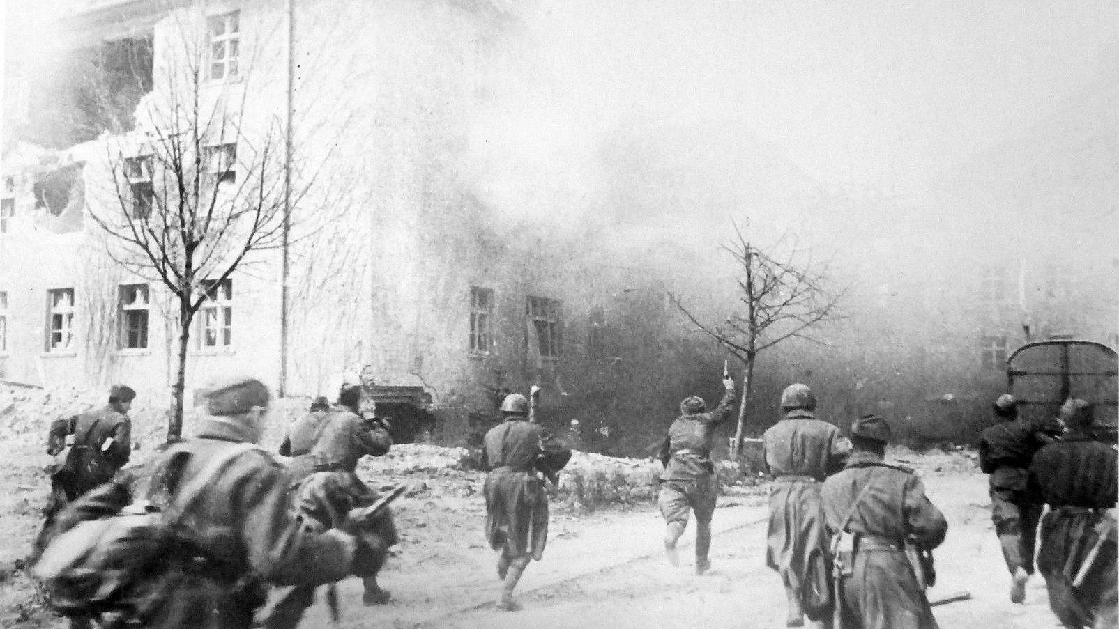 Советское подразделение в уличном бою в Кенигсберге. Апрель 1945