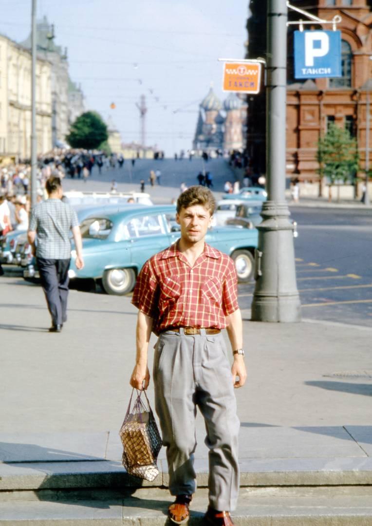Томас Хаммонд. Прохожие около гостиницы «Москва». Конец 1950-х