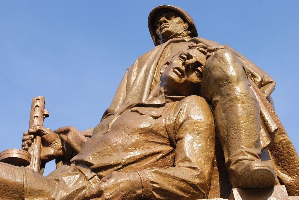 Скульптура у входа на кладбище-мавзолей советских воинов в Варшаве, автор: Neurolink, лицензия: CC0 1.0