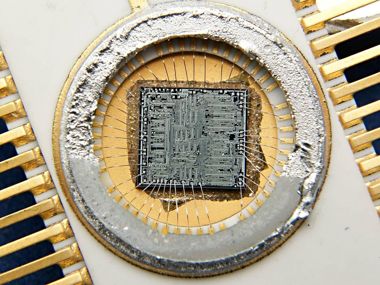 Отечественная микросхема 582ИК1 (аналог американской SBP0400) на основе которой в 1980-е годы была реализована БЦВМ «Бисер-4» системы управления орбитального корабля «Буран»