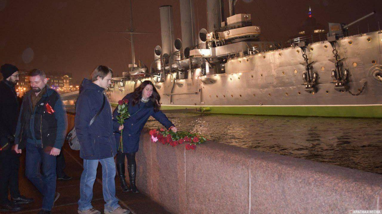 Цветы у крейсера «Аврора». 7 ноября 2018 (Фото — Дарья Алексеева)