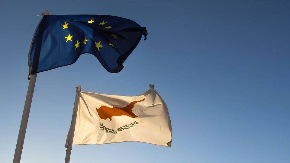 Флаг Евросоюза и Республики Кипр