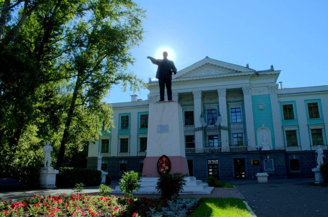 Памятник В.И.Ленину перед КЦ
