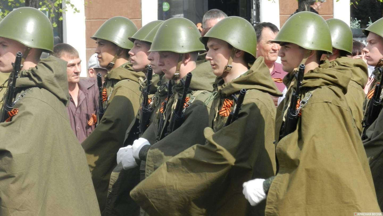 Курган. Солдаты в форме военных лет