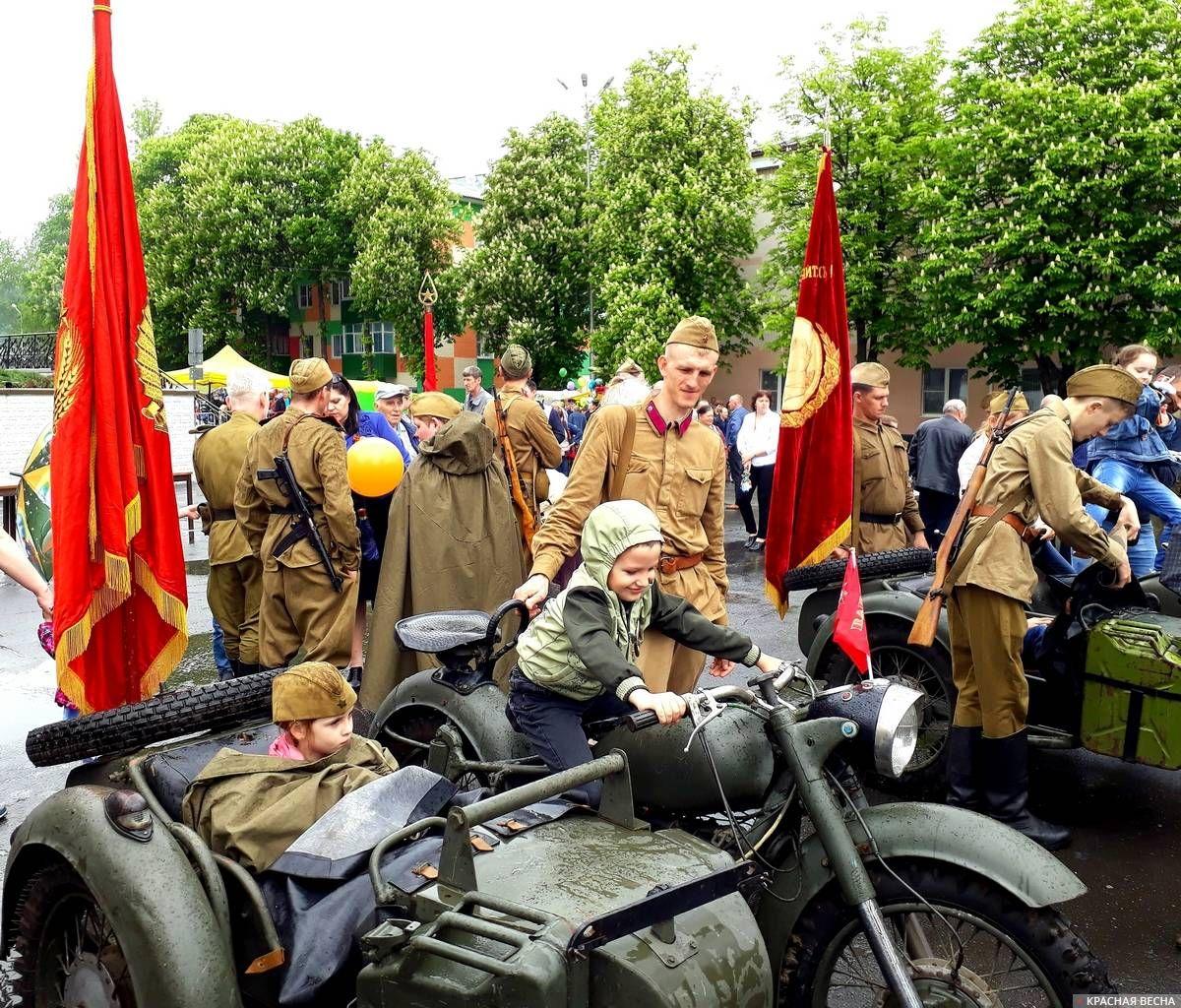 Дети на выставке военной техники на площади им.Ленина.Губкин. 09.05.2019