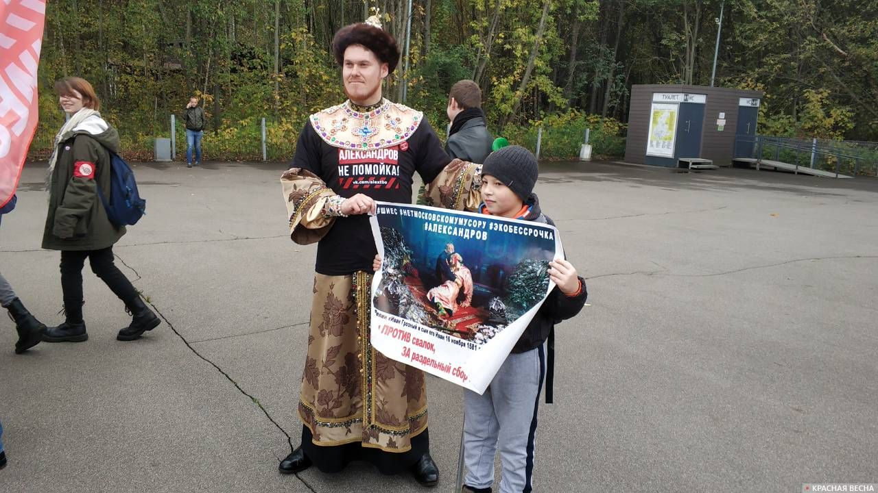 Активист из Александрова приехал в костюме царя.