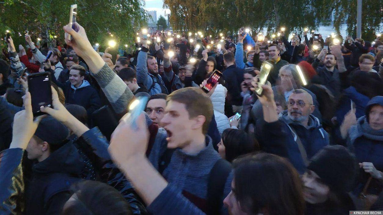 Протест на Октябрьской площади в Екатеринбурге, 15 мая 2019. Флэшмоб с фонариками