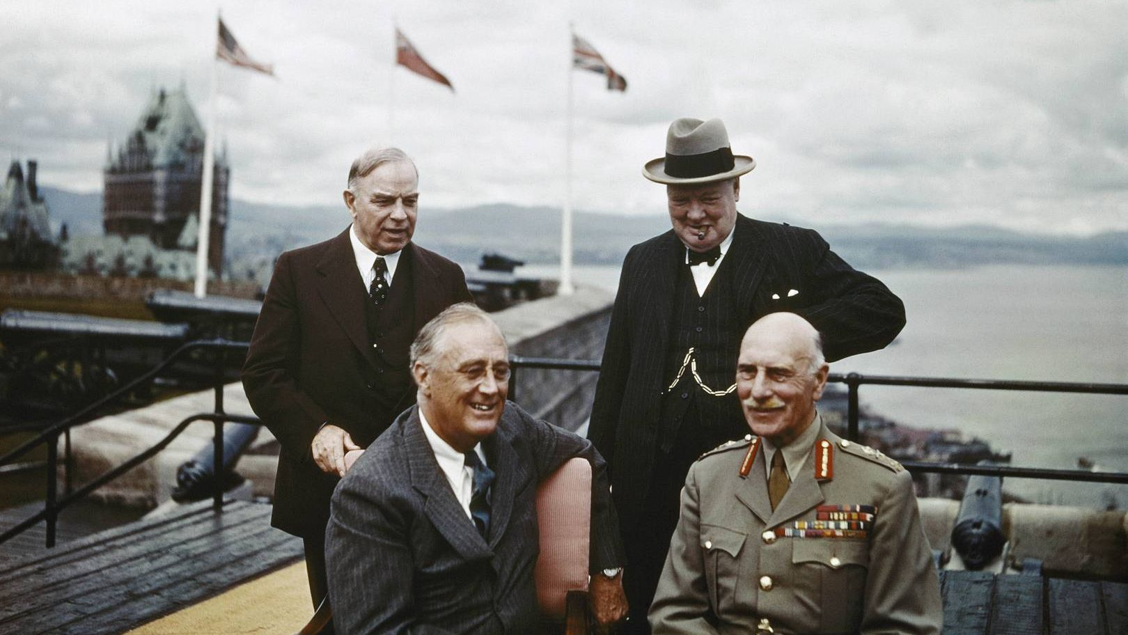 Стоят: Уильям Макензи Кинг и Уинстон Черчилль. Сидят: Франклин Делано Рузвельт и граф Атлон. Квебекская крепость. Август 1943