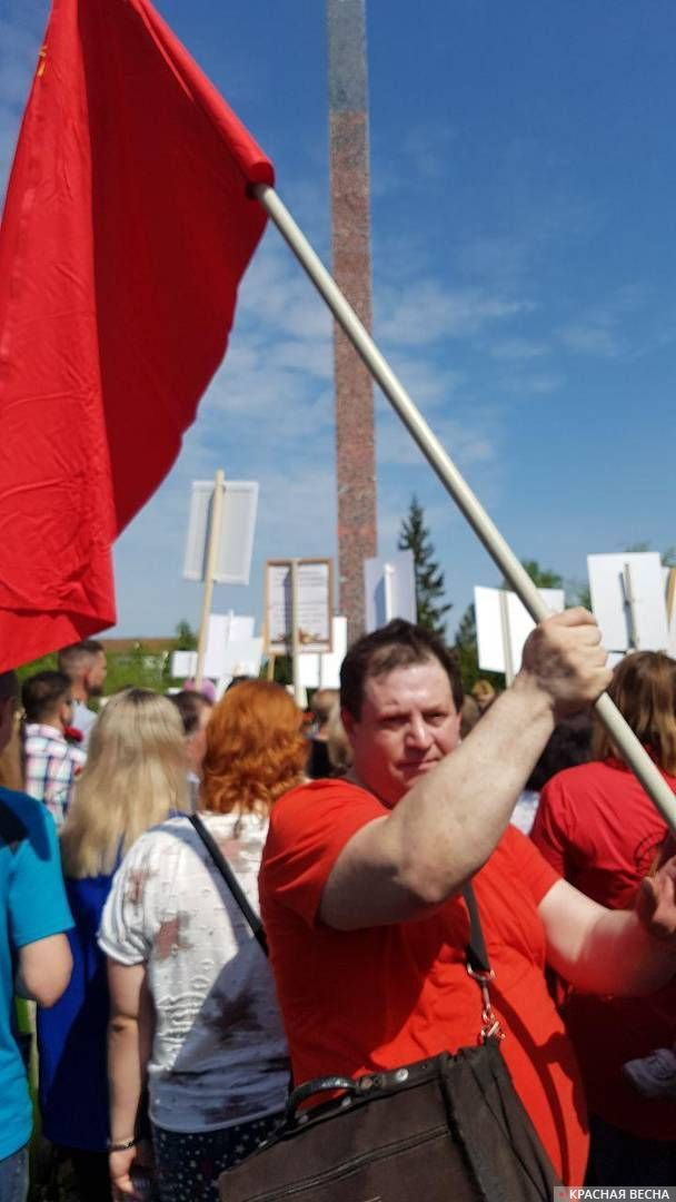 Дзержинск, Нижегородская обл. Красное знамя в колонне бессмертного полка.