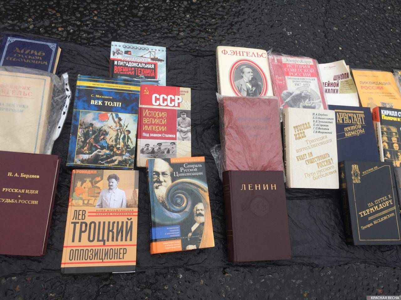 Литература тоже представлена на любой вкус. Кому - Ленин, кому - Беседовский...